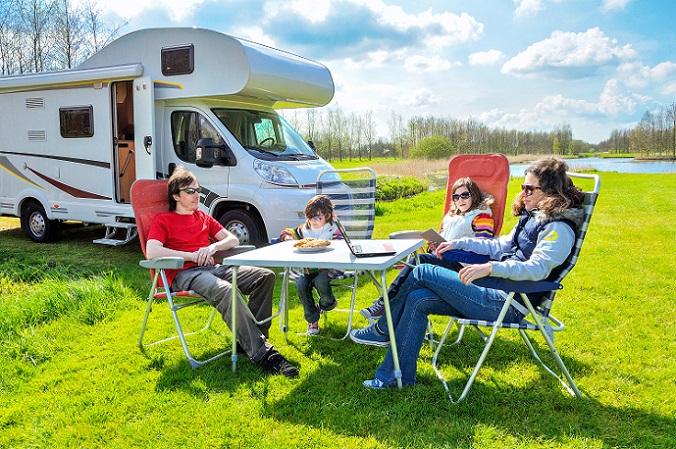 Studien zeigen, dass man gerade als Familie mit kleinen Kindern in einem Wohnwagen besser aufgehoben ist, da sie die größere Sicherheit gegenüber Wohnmobilen bieten. Die neueren Wohnwagen können mit einem weiterentwickelten Fahrwerk überzeugen, das sogar gute Modelle der Wohnmobile um Längen überholt. (#03)