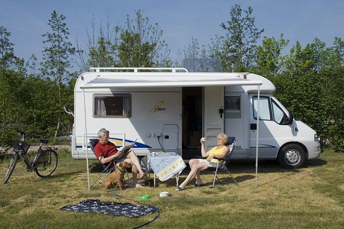 """Ganz klar steht de Kategorie """"Preis"""" bei vielen Käufern ganz oben, wenn es darum geht, sich für ein neues Fahrzeug für den Urlaub – nicht nur auf dem Campingplatz – zu entscheiden. In Bezug auf den Werterhalt des Fahrzeuges kann ganz klar der Caravan punkten. (#02)"""