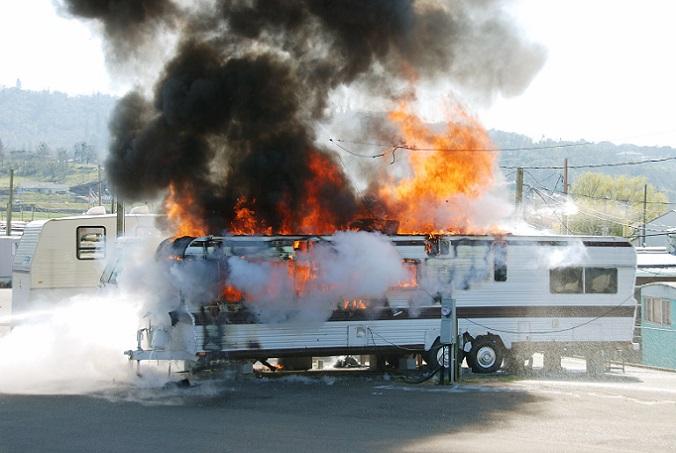 Wenn der Wohnwagen brennt, muss die Feuerwehr schnell her, doch wer zahlt den Feuerwehreinsatz? Grob gesagt gilt: Sind Menschen, Tiere und Gebäude in unmittelbarer Gefahr, zahlt meist die Allgemeinheit für den Einsatz. Ebenso verhält es sich bei einem Fehlalarm, der aufgrund einer Fehleinschätzung der Situation zustande gekommen ist, so wenn beispielsweise eine große Menge Staub aufgewirbelt wird und man es für einen Brand hält. (#01)