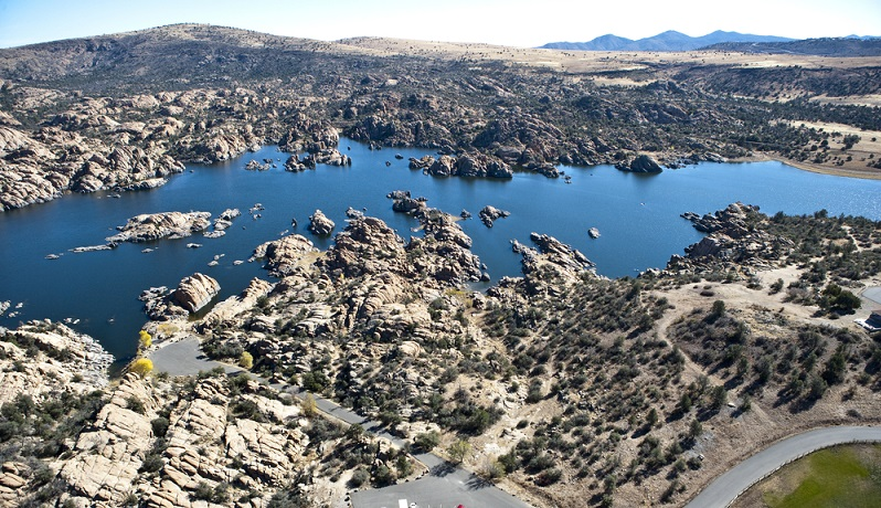 Am Weg nach Sedona fuhr ich über unzählige Hügel, vorbei am Peeples Valley und durch den Prescott National Forest. Obwohl es sich um ein bewaldetes Gebiet handeln sollte, war dieses extrem karg. (#01)