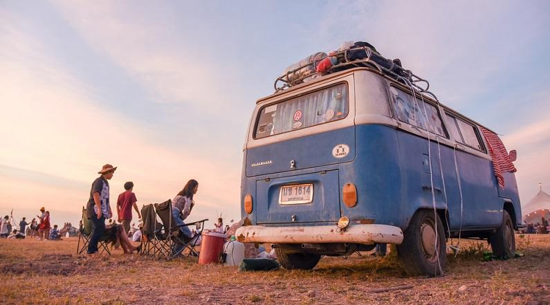 """Seinen Durchbruch erlebte dieser kleinste Wohnmobil-Typus in den 1960er und 1970er-Jahren vor allem dank der VW- Busse der """"Flower Power""""- und Hippe-Bewegung. (#01)"""