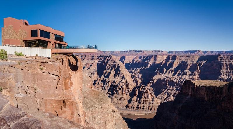 Der Grand Canyon Skywalk ist im Prinzip nichts Anderes als eine U-förmige Brücke aus Glas, welche in den Canyon hineinragt. Stolze 80 US-Dollar wird hier für den Eintritt verlangt. (#02)