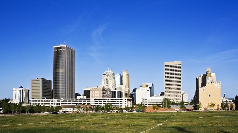 Weiter auf der Route 66, veränderte sich die Vegetation kurz vor Oklahoma City merklich. Der Grünton in der Landschaft nahm langsam ab. Die Stadt war wie alle größeren Städte in Amerika in einem rechteckigen Muster aufgebaut. (#02)
