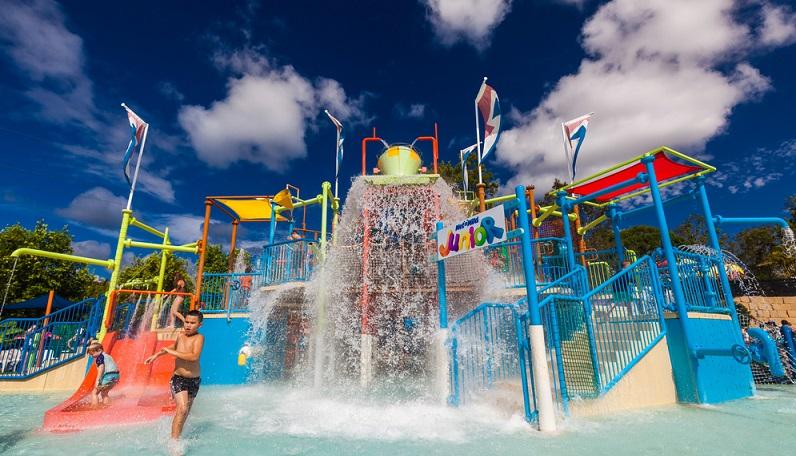 Bei diesem Wasserpark handelt es sich ebenfalls um ein riesiges Spaßgebiet. Moderne Attraktionen und unzählige Wasserrutschen sorgen gleichzeitig für unvergesslichen Spaß und einer gleichzeitigen Abkühlung. (#03)