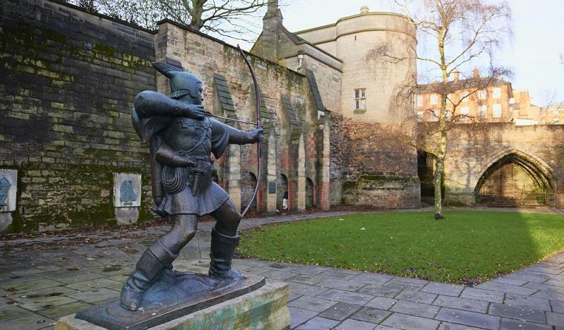 Aufgrund des Wetters verzichtete ich durch eine Führung durch das Nottingham Castle. Die berühmte Robin Hood Statue fand ich schließlich im äußeren Bereich des Schlossgeländes. (#03)