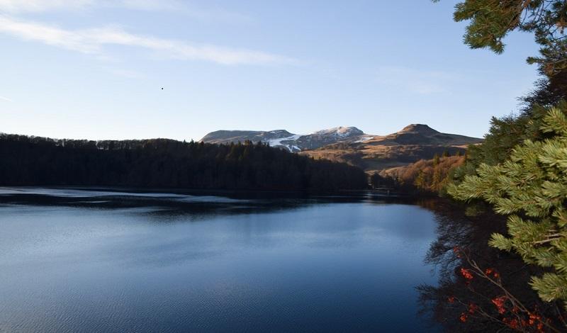 Der in der Auvergne gelegene Lac Pavin befindet sich in der Nähe des Skiortes Super Besse und ist zu allen Jahreszeiten ein beliebtes Ziel von Touristen aus aller Welt. (#2)
