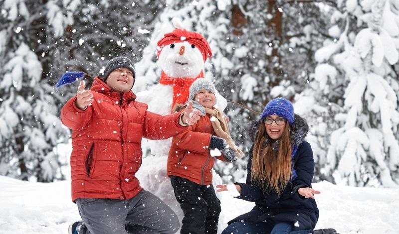 Das ist das Schöne am Camping in der Auvergne: Man ist schnell in der Natur und kann im Winter mit der Familie Schneemänner bauen. (#1)