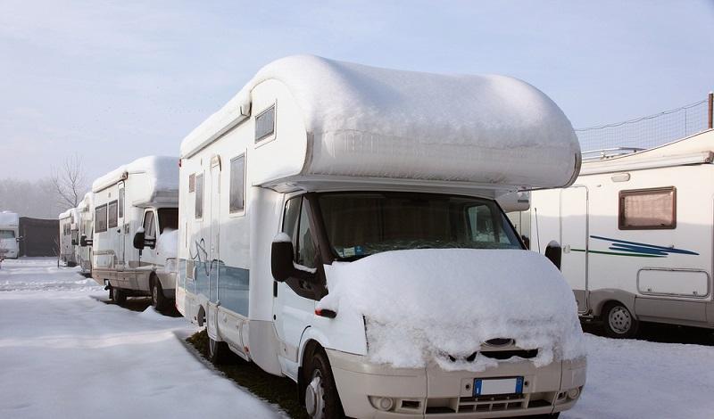Manchmal helfen nur noch Schneeschuhe, um bei Tiefschnee ins gemütliche Wohnmobil zu kommen. (#1)
