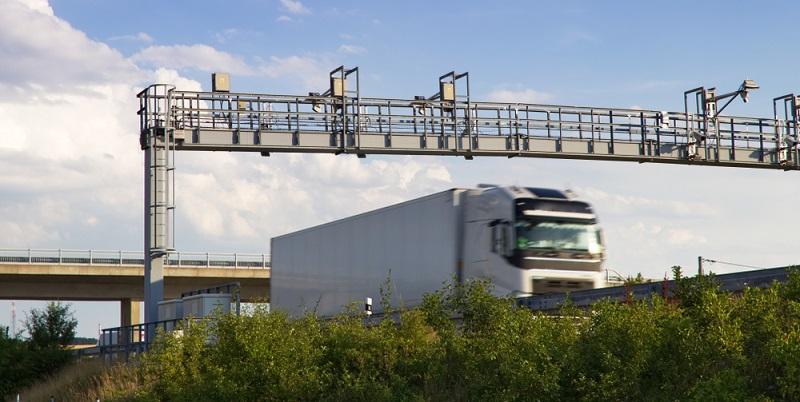 Wie hoch die Maut in Deutschland ist, hängt nicht nur von der Strecke ab. Auch die Achszahl sowie die Schadstoffklasse vom LKW und die Gesamtstrecke, die gefahren wird, spielen mit in die Berechnung hinein.