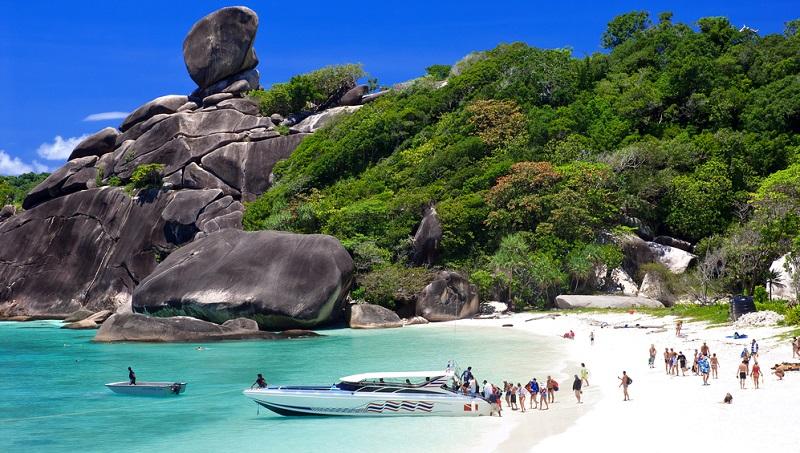 Eine Wanderung zu einem Wasserfall kostet zum Beispiel weniger, als eine Speedboot-Tour zu den Similan Islands.