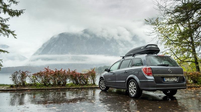 Vergiss nicht, dass es nicht allein auf die Dachlast und die Gegenstände ankommt, sondern auch auf das zulässige Gesamtgewicht des Autos!  ( Foto: Shutterstock-_Bilanol  )